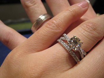 Hearts On Fire Envelop Twist Solitaire Engagement Ring Wedding Band